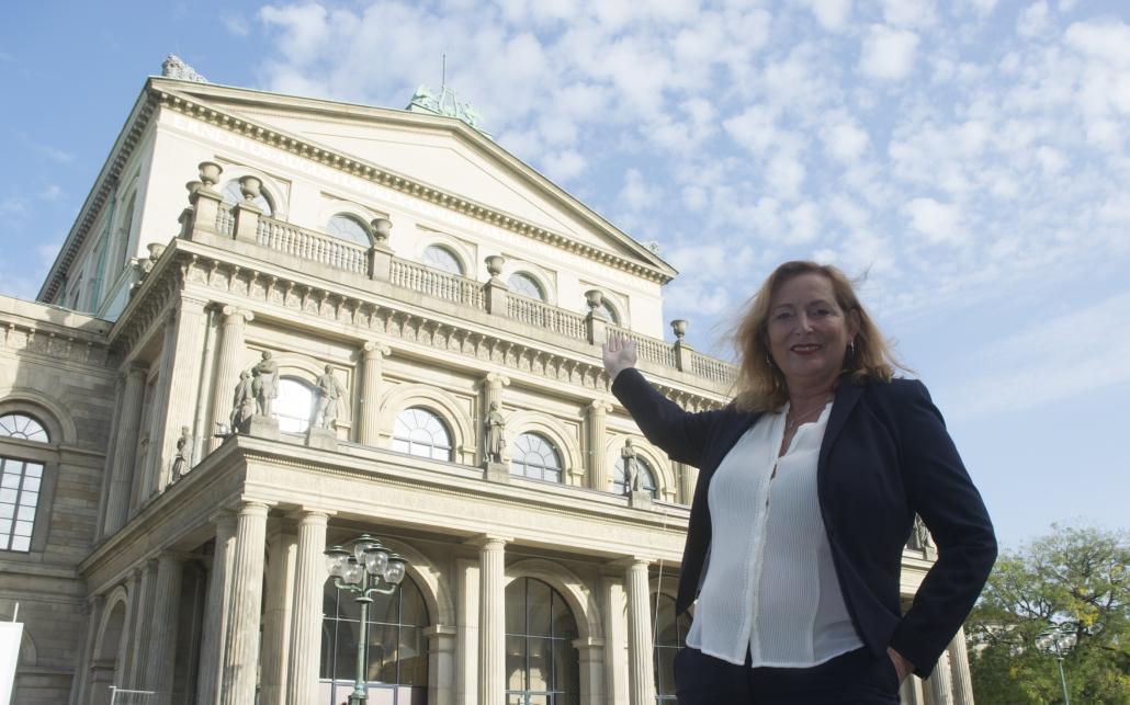 Immobilienmaklerin Erika Englitz-Schönke vor dem hannoverschen Opernhaus, einer der schönsten Immobilien der niedersächsischen Landeshauptstadt